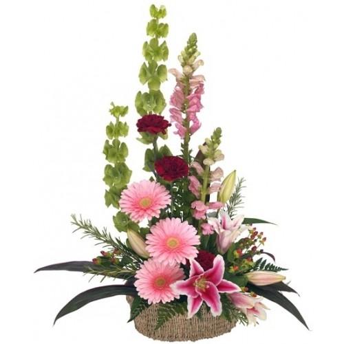 Очарователна кошница с цветя