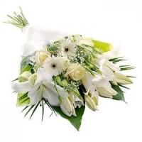 Класически букет от бели цветя в прозрачен целофан