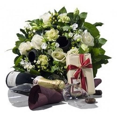 Букет цветя, шампанско и вкусни шоколади