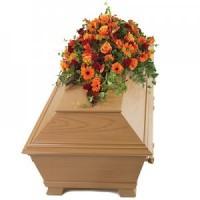 Аранжировка за ковчег с оранжеви цветя