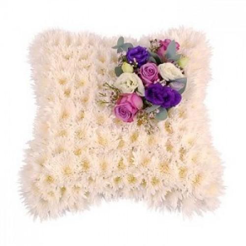 Траурна аранжировка с бели хризантеми