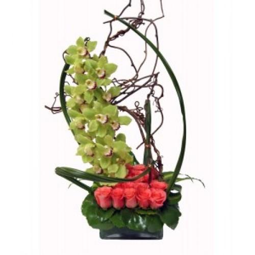 Аранжировка от цветя Цимбидиум и оранжеви рози