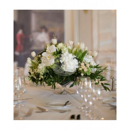 Аранжировка за маса в бяло с хидрангеа и орхидея A7