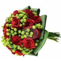 Булчински букет - червени рози и хиперикум 35