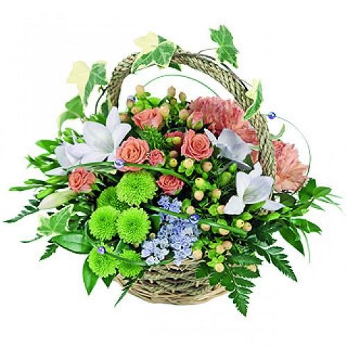 Изразителна кошница с цветя