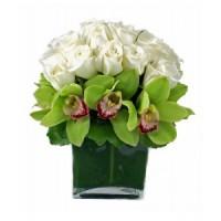 Бели рози и зелена орхидея