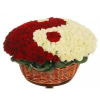 Цветна аранжировка - Ти и аз от 333 бели и червени рози