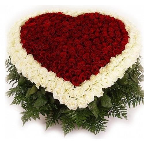 Цветна аранжировка - 501 бели и червени рози във форма на сърце